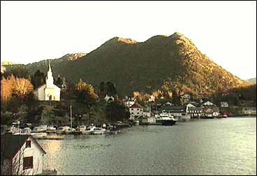 Gulen kyrkje ligg sentralt i Eivindvik. (Foto: Asle Veien, NRK)