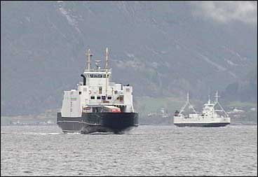 To ferjer frå Fylkesbaatane trafikkerer Sognefjorden mellom Lavik og Oppedal. (Foto: Ragnvald Søgnesand, NRK)