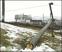 Kraftselskapet i Gulen har fleire gonger kjempa mot storm og uvêr. (Foto: Steinar Lote, NRK)