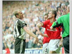 "Roy Keane ""dytter"" til Alan Shearer under kampen 15. september 2001. (Foto: Allsport)"