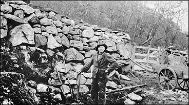 Mons E. Takle legg opp steingjerde på Midt-Takle kring 1915. (Foto © Fylkesarkivet)