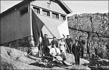 Marinegastane på vaktstasjonen på Kjerringfjellet i 1916 har fått besøk av familie og vener. (Foto © Fylkesarkivet)