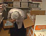 Byveterinær i Drammen, Rita Kvennejorde, kontrollerer et lager med kjøtt.