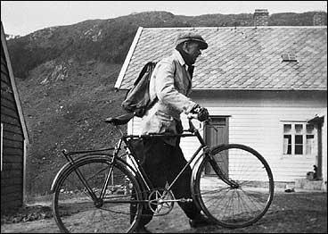 Postbod Henrik O. Nordal på omberingsrunde i 1933. (Foto © Fylkesarkivet)