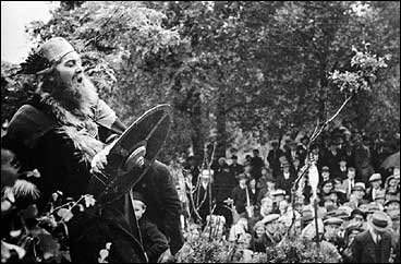 Lovseiemannen under Gulatingstemna i Eivindvik i 1938. Seinare har andre spel om Gulatinget kome til; i det siste