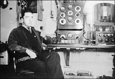 Hjørleiv O. Midttun ved radioapparatet på