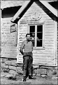 Tysk offiser framfor eitt av dei okkuperte husa i Rutledal i 1942 eller -43 der tyskarane hadde telefonsentral. (Foto © Fylkesarkivet)