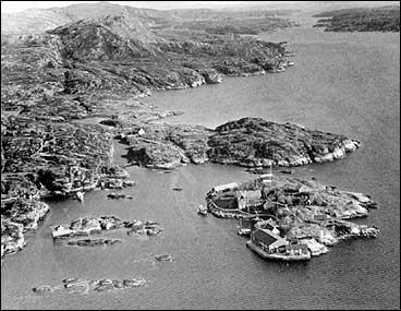 Handels- og gjestgjevarstaden Skjerjehamn under andre verdskrig. Øya (nede til høgre) låg sentralt til seglingsleia. (Foto © Fylkesarkivet)