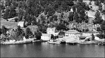 Dalsøyra på 1950-talet. Det gamle meieriet og ishuset ligg til høgre. (Foto © Fylkesarkivet)