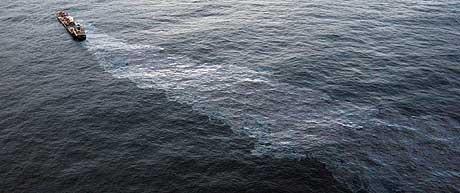 Oljen som lekker fra tankbåten