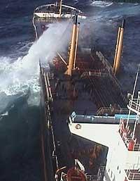 """OLjetankaren """"Prestige"""" før han brakk og to og forsvann i havet. (Reuters/Scanpix-foto)"""