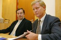 FORSVARERE: Advokatene Anders Brosveet (t.v.) og advokat Bjørn Stordrange forsvarer de to eierne av Finance Credit som lørdag ble pågrepet og siktet for økonomiske misligheter. (Foto Knut Fjeldstad, SCANPIX)