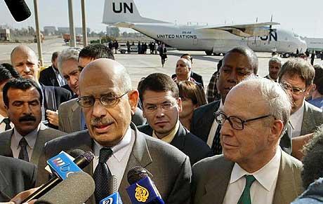 Mohamed ELBaradei, sjef for det internasjonale atomenergibyrået og Hans Blix, sjef for FNs våpeninspektører, kom til Bagdad mandag. (Foto: Reuters/Faleh Kheiber)