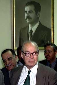 FNs sjefinspektør Hans Blix foran et bilde av Iraks president Saddam Hussein i Bagdad. (Arkivfoto: Reuters/Scanpix)