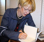 Beate Grimsrud signerer sin siste bok