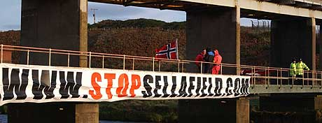 Tre norske aksjonister som tok seg inn på det britiske Sellafield-anlegget. (Foto: Stop Sellafield)