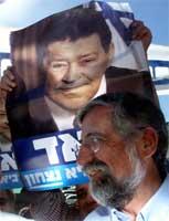 Mitzna under en valgplakat som viser Ben-Eliezer. Cohen Magen REUTERS
