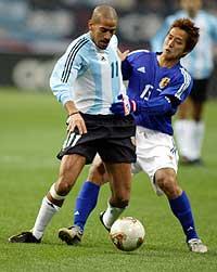 Argentina slo Japan 2-0 i en landskamp onsdag 20. november. Her kjemper Argentinas Juan Sebastian Veron om ballem med Japans Takashi Fukunishi. (Foto: Reuters/Haruyoshi Yamaguchi)