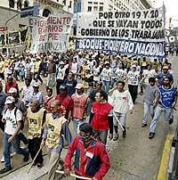 Flere hundre arbeidsledige argentinere marsjerte i protest mot et forslag om å fjerne støtte til arbeidsledige i Buenos Aires 7. november 2002. (Foto: Reuters/Enrique Marcarian)