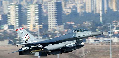 Et F16-fly tar av fra Incirlik-flybasen i Tyrkia 17. november 2002. (Foto: US Air force)