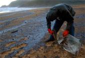 I Spania er 400 km av kysten tilsølt av olje fra det sunkne tankskipet. (Reuter)