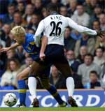 Tottenhams Ledley King i kamp mot Leeds Alan Smith. (Foto: Reuters)