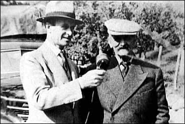 Bjørnejeger Nils Røysum (t.h) vert interjua - truleg av NRK-reporter John Dugstad i 1942.