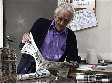 Tidlegare redaktør Einar Svartefoss med avisa Sogn og Fjordane. (Foto: Bjørn Bergum, NRK)