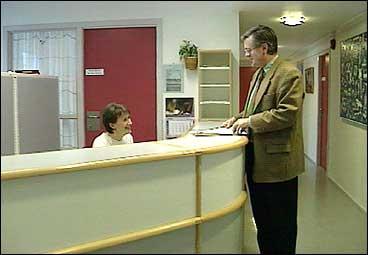 Resepsjonen hos fylkesmannen. Oddvar Flæte (biletet) har vore fylkemann  Sogn og Fjordane frå 1994. (Foto: Dag H.K. Andersen, NRK)