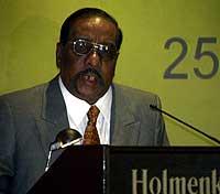 Tamiltigrenes sjefsforhandler Anton Balasingham taler på konferansen på Holmenkollen. Foto: Tor Richardsen, Scanpix