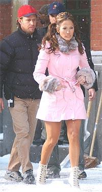 En stadig like travel Jennifer Lopez under innspillingen av sin siste video i New York 20. november i år. Foto: Mark Mainz / Getty Images.
