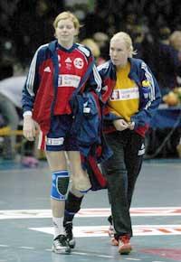 Småhaltende Tonje Larsen skal fininstille skuddene på trening mot sin egen keeper Heidi Tjugum Mørk.