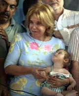 """Argentinas førstedame, Hilda """"Chiche"""" Duhalde, på besøk i et av landets fattigste strøk (foto: Reuters: Enrique Marcarian)."""
