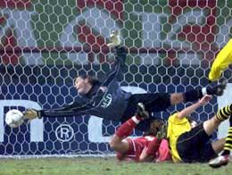 Lokomotivs keeper Sergej Ovchinnikov strekker seg forgjeves etter skuddet fra Torsten Frings som utlignet for Dortmund. (Foto: Sergej Karpukhin/reuters)
