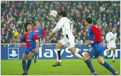 Ruud van Nistelrooy, som her scorer mot Basel, trenger i snitt 47 minutter på å score.