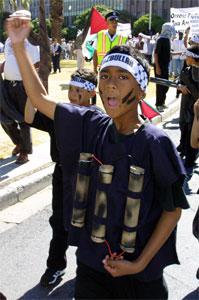 Born utkledde som sjølvmordsbombarar gjekk først i demonstrasjonstoget. (Foto: Anna Zieminski, EPA)