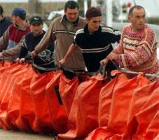Lokale fiskarar og frivillige i Galicia i ferd med å leggje ut oljelenser. (Foto: Miguel Vidal, Reuters)
