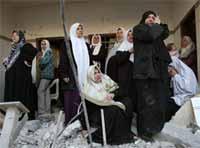 Palestinske kvinner sørger i ruinene av det sprengte huset (foto: Oleg Popov/Reuters).