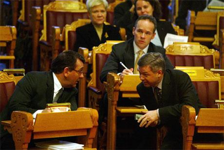 Statsminister Kjell Magne Bondevik i samtale med finansmininster Per-Kristian Foss under finansdebatten i Stortinget i dag. (Foto: Knut Falch, Scanpix)