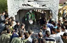 En person ble drept da israelske helikoptre skjøt med raketter mot det palestinske innenriksdepartementet i Gaza by i dag. Foto: Reuters/Ahmed Jadallah