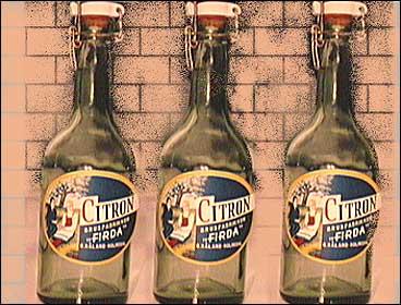Flaskene til Firda Brusfabrikk kring 1920. (© Kjell Eikemo)
