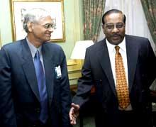 PÅ VEI: Mye gjenstår, men LTTEs sjefforhandler Anton Balasingham og regjeringens representant G.L. Peiris står litt nærmere hverandre etter møtene i Oslo (Foto: Knut Falch/Scanpix).