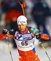 Ole Einar Bjørndalen går ut akkurat minuttet etter Frode Andresen på søndagens jaktstart. (Foto: Cornelius Poppe/Scanpix)