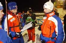 Roger Grubben og Ole Einar Bjørndalen diskuterer løpet. (Foto: Cornelius Poppe/scanpix)