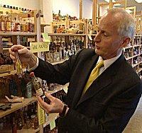 Christian Rignes viser frem flasker med tvilsomt innhold.