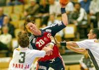 Lina Olsson Rosenberg i kamp med Spanias spiller Susana Ibarra Pareja. (Foto: Morten Holm/scanpix)