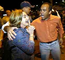 En kvinne gråter etter skytingen i Caraca fredag: Foto: Kimberly White REUTERS