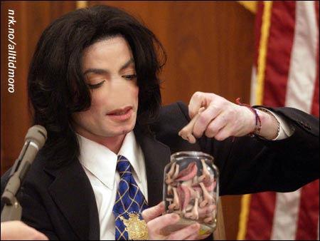 Michael Jackson hadde glemt nesa da han ankom rettslokalet, men heldigvis hadde han krise-settet sitt med seg. (Colin Mc Mahon)