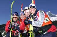 Vibeke Skofterud (f.v.), Maj Helen Sorkmo, Hilde G. Pedersen og Bente Skari poserer etter seieren på kvinnenes 4x5 km stafett.. (Foto: Erlend Aas /Scanpix)
