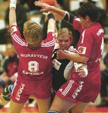 KRAFTFULLT: Else Marthe Sørlie Lybekk var en av mange gode norske spillere som fant veien gjennom forsvaret til Russland (Foto: Morten Holm/Scanpix).
